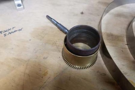 Clock mainspring barrel with sleeve that fits